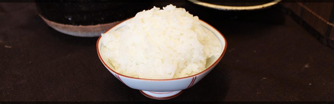 写真:お茶碗によそってある炊きたてのお米